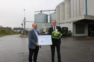 Dr. Josef Rampl überreicht Adolf Fronhofer von der Aktienmühle Aichach die Urkunde