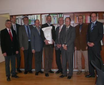 Der Präsident des Bayerischen Müllerbundes, Ludwig Kraus, überreichte einen Sack unseres qualitativ hochwertigen Produkts Mehl an Herrn Opperer zum Dank.